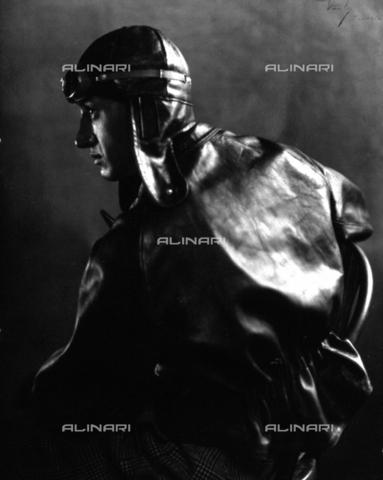 WSA-F-001699-0000 - Half-length portrait in profile of a motor cyclist with leather jacket and helmet - Data dello scatto: 1925 ca. - Archivi Alinari, Firenze