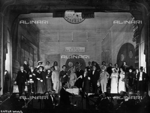 WSA-F-001729-0000 - Attori ritratti sul palcoscenico dopo la rappresentazione de 'L'Immenso' opera di Fedoro Tizzani (Teodoro Finzi). In primo piano l'orchestra - Data dello scatto: 1913 - Raccolte Museali Fratelli Alinari (RMFA)-archivio Studio Wulz, Firenze