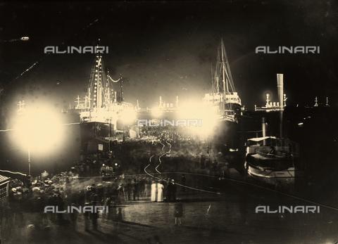 WSA-F-001803-0000 - Scena di imbarco notturno presso il molo S. Carlo a Trieste. - Data dello scatto: 1920 ca. - Raccolte Museali Fratelli Alinari (RMFA)-archivio Studio Wulz, Firenze