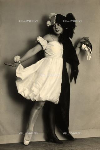 WSA-F-001864-0000 - Ritratto di Wanda Wulz vestita in maschera - Data dello scatto: 1920 - 1929 - Archivi Alinari, Firenze