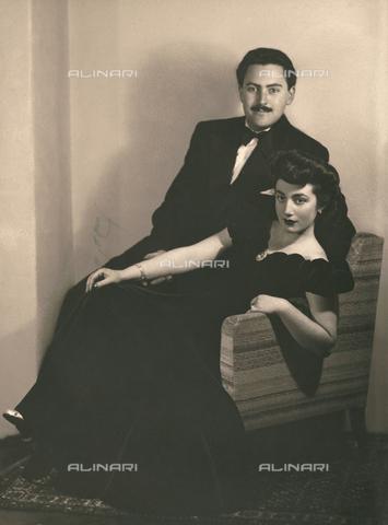 WSA-F-002185-0000 - Couple sitting on a chair - Data dello scatto: 1946 ca. - Archivi Alinari, Firenze