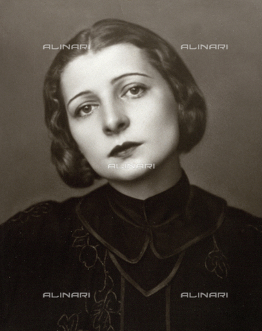 WSA-F-002342-0000 - Half-length portrait of the theater actress Paola Borboni. The famous Italian actress is seen face on, with her head slightly tipped to the right - Data dello scatto: 1925 ca. - Archivi Alinari, Firenze