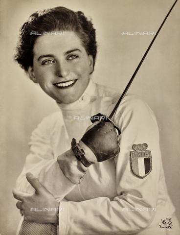 WSA-F-002348-0000 - Ritratto di Irene Camber, sorridente con in mano il fioretto, dopo la vittoria olimpica nella scherma.