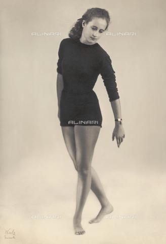 WSA-F-002380-0000 - Portrait of the ballet dancer Nini Perno executing a dance step - Data dello scatto: 1960 ca. - Archivi Alinari, Firenze
