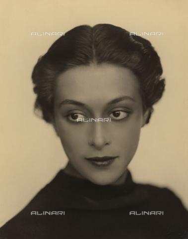WSA-F-002393-0000 - Half-bust portrait of young woman - Data dello scatto: 1928 ca. - Archivi Alinari, Firenze
