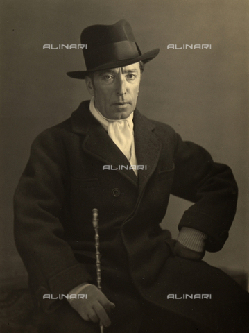 WSA-F-002599-0000 - Ritratto del pittore Tullio Silvestri, seduto, in abbigliamento invernale, con cappello e bastone. - Data dello scatto: 1935 ca. - Archivi Alinari, Firenze
