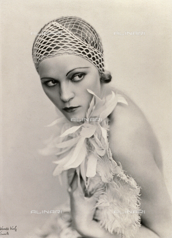 WSA-F-002978-0000 - Portrait of a woman wearing a fishnet hat and a feather boa
