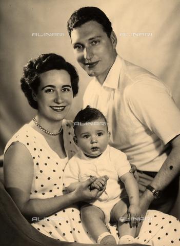 WSA-F-003435-0000 - Ritratto di famiglia: una giovane coppia sorridente con il loro bambino. - Data dello scatto: 1950 - 1956 - Archivi Alinari, Firenze