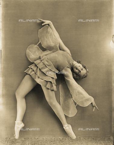 WSA-F-003458-0000 - La ballerina Alba Wiegele ritratta mentre esegue una figura coreografica. Il costume e la posa evocano l'immagine di una farfalla - Data dello scatto: 1930 -1935 ca. - Archivi Alinari, Firenze