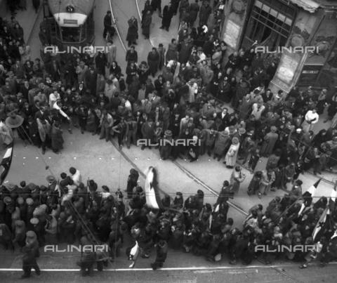 WSA-F-003677-0000 - Corteo fischiato a Trieste - Data dello scatto: 26/03/1946 - Archivi Alinari, Firenze