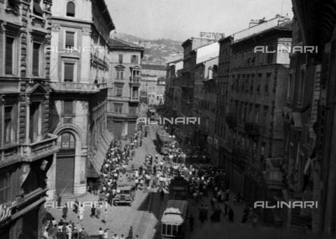 WSA-F-003679-0000 - Furniture burned and thrown out of the window in Trieste - Data dello scatto: 30/06/1946 - Archivi Alinari, Firenze