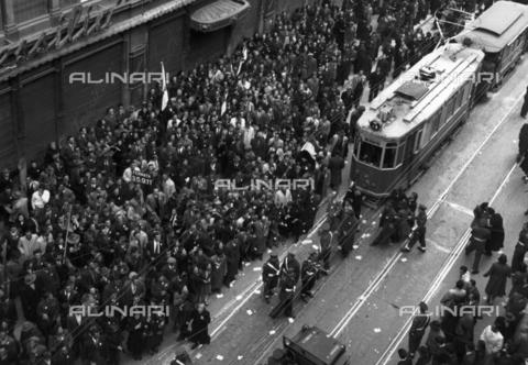 WSA-F-003680-0000 - Corteo dopo il funerale di nove partigiani a Trieste - Data dello scatto: 24/03/1946 - Archivi Alinari, Firenze