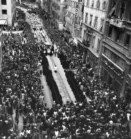 WSA-F-003685-0000 - Prima processione del dopoguerra in Corso Italia a Trieste - Data dello scatto: 20/06/1946 - Archivi Alinari, Firenze