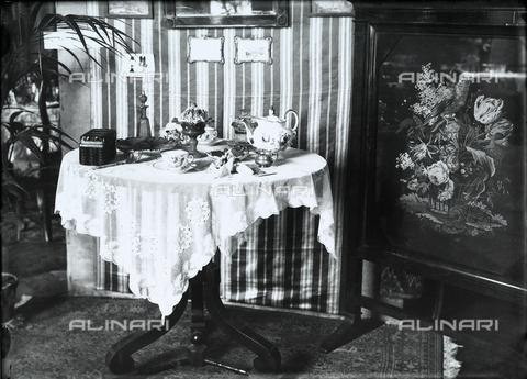 """WWA-F-001886-0000 - Table set up for the """"Tavole imbandite"""" display of the Industrie Femminili Italiane Anni Trenta, Trieste - Data dello scatto: 1939 ca. - Archivi Alinari, Firenze"""