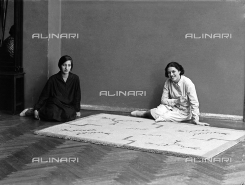 WWA-F-001965-0000 - Carpet, created by Anita Pittoni (Anita on the left, worker on the right) - Data dello scatto: 1950 - Archivi Alinari, Firenze