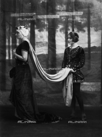 WWA-F-001969-0000 - Women in Renaissance costume for a dance at the Artists' Club of Trieste - Data dello scatto: 1920 ca. - Archivi Alinari, Firenze