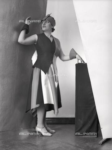 WWA-F-002003-0000 - Portrait of Anita Pittoni in a dress designed by the painter Marcello Clarion - Data dello scatto: 1930 ca. - Archivi Alinari, Firenze