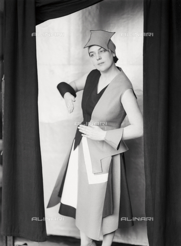 WWA-F-002004-0000 - Portrait of Anita Pittoni  in a dress designed by the painter Marcello Clarion - Data dello scatto: 1930 ca. - Archivi Alinari, Firenze