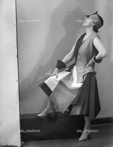 WWA-F-002006-0000 - Portrait of Anita Pittoni in a dress designed by the painter Marcello Clarion - Data dello scatto: 1930 ca. - Archivi Alinari, Firenze