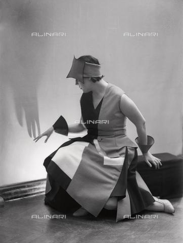 WWA-F-002007-0000 - Portrait of Anita Pittoni in a dress designed by the painter Marcello Claris - Data dello scatto: 1930 ca. - Archivi Alinari, Firenze