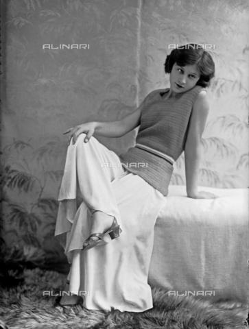 WWA-F-002008-0000 - Model is wearing a dress by Anita Pittoni - Data dello scatto: 1940 ca - Archivi Alinari, Firenze