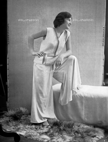 WWA-F-002012-0000 - Model wearing a dress created by Anita Pittoni - Data dello scatto: 1940 ca - Archivi Alinari, Firenze