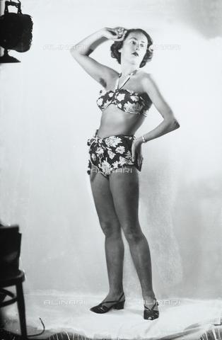 WWA-F-002015-0000 - Giovane donna posa in costume da bagno - Data dello scatto: 1953 ca. - Archivi Alinari, Firenze