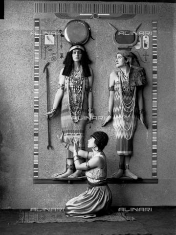 WWA-F-002911-0000 - Girls dressed as Egyptian at a masked ball in Trieste - Data dello scatto: 1928 ca. - Archivi Alinari, Firenze