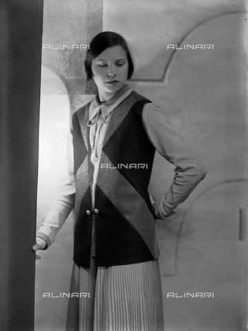 WWA-F-003050-0000 - Portrait of Marion Wulz in dress designed by Anita Pittoni - Data dello scatto: 1940 ca - Archivi Alinari, Firenze