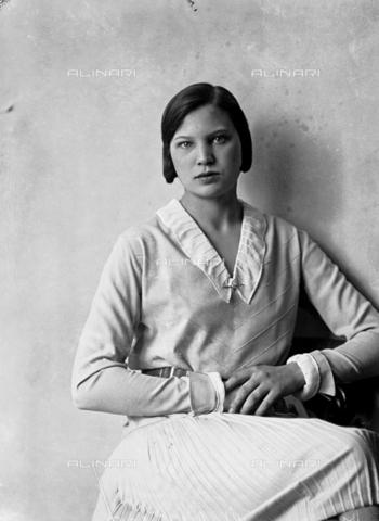 WWA-F-003051-0000 - Portrait of Marion Wulz in dress designed by Anita Pittoni - Data dello scatto: 1940 ca - Archivi Alinari, Firenze