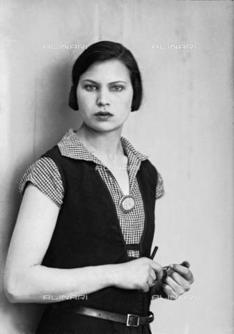 WWA-F-003062-0000 - Portrait of Marion Wulz in dress designed by Anita Pittoni - Data dello scatto: 1940 ca - Archivi Alinari, Firenze