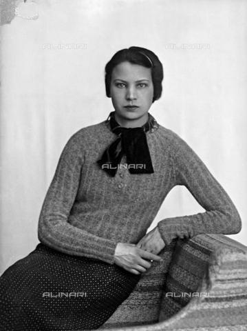 WWA-F-003063-0000 - Portrait of Marion Wulz in dress designed by Anita Pittoni - Data dello scatto: 1940 ca - Archivi Alinari, Firenze