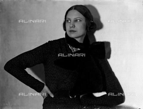 WWA-F-003065-0000 - Portrait of Marion Wulz in dress designed by Anita Pittoni - Data dello scatto: 1940 ca - Archivi Alinari, Firenze