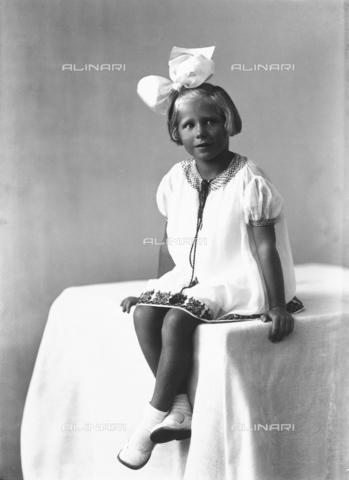WWA-F-005710-0000 - Portrait of a girl