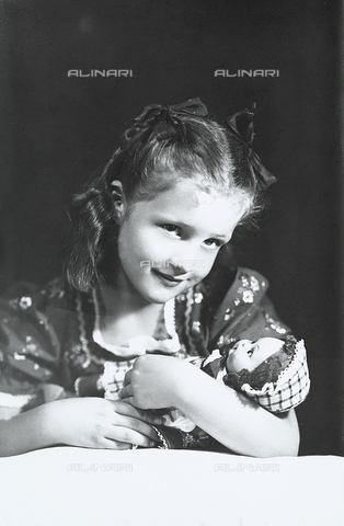 WWA-F-005849-0000 - Portrait of a girl with a doll