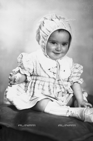 WWA-F-006092-0000 - Portrait of a girl with a small bonnet