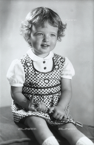 WWA-F-006138-0000 - Portrait of a girl
