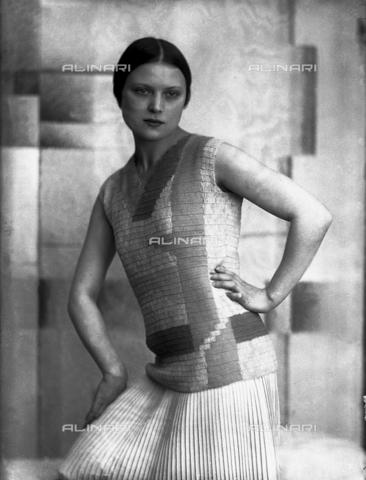 WWA-F-006886-0000 - Wanda Wulz indossa un abito di Anita Pittoni - Data dello scatto: 1930 ca - Archivi Alinari, Firenze