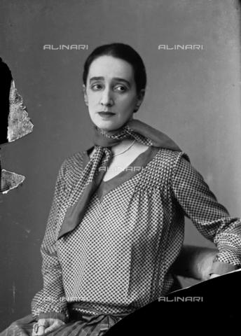 WWA-F-006914-0000 - Portrait of a woman - Data dello scatto: 1930 ca - Archivi Alinari, Firenze