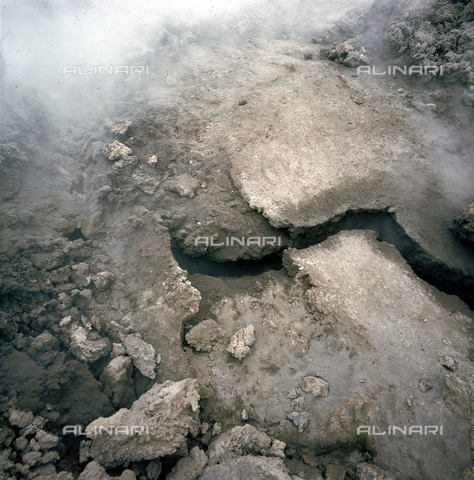 ZCA-S-000274-0008 - Fumarola sulla cima del vulcano Etna - Data dello scatto: 1970 ca. - Archivi Alinari-archivio Zannier, Firenze