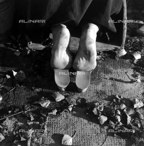 ZIA-F-000731-0000 - Piedi di donna inginocchiata - Data dello scatto: 1952 - Archivi Alinari, Firenze