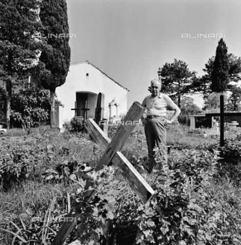 ZIA-S-011041-0003 - Il pittore sloveno Lojze Spacal (1907-2000) nella sua casa sul Carso - Data dello scatto: 1970-1980 - Raccolte Museali Fratelli Alinari (RMFA)-archivio Zannier, Firenze
