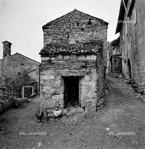 ZIA-S-011044-0002 - Edilizia tradizionale del Carso jugoslavo - Data dello scatto: 11/1972 - Raccolte Museali Fratelli Alinari (RMFA)-archivio Zannier, Firenze