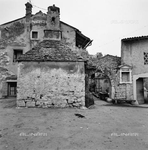 ZIA-S-011044-0045 - Edilizia tradizionale del Carso jugoslavo - Data dello scatto: 11/1972 - Raccolte Museali Fratelli Alinari (RMFA)-archivio Zannier, Firenze