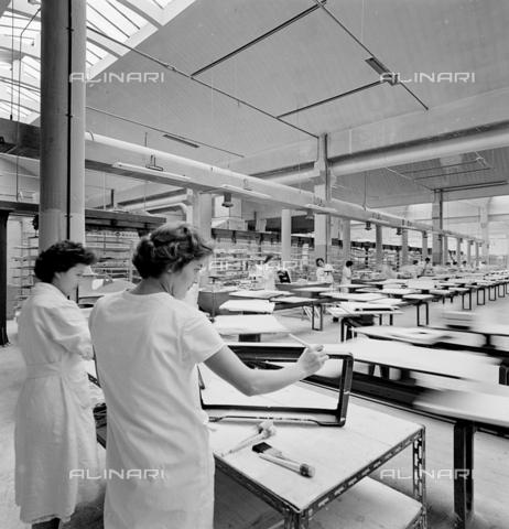 ZIA-S-200204-0030 - Interno dello stabilimento Zanussi per la produzione di elettrodomestici Rex, Pordenone - Data dello scatto: 10/1959 - Archivi Alinari, Firenze