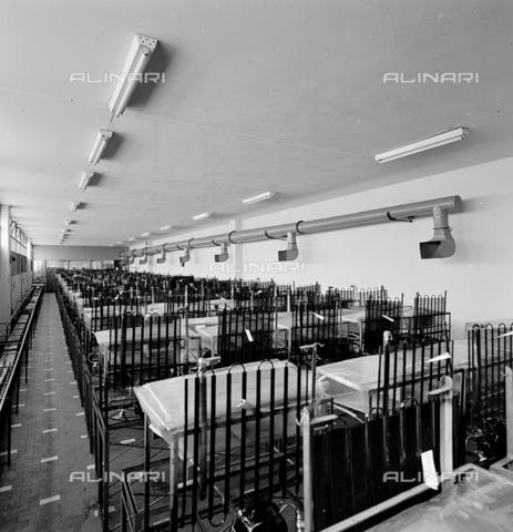 ZIA-S-200204-0034 - Interno dello stabilimento Zanussi per la produzione di elettrodomestici Rex, Pordenone - Data dello scatto: 10/1959 - Archivi Alinari, Firenze