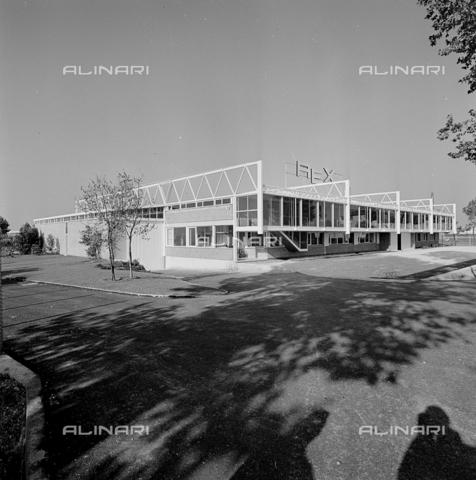 ZIA-S-210300-0003 - Stabilimento per la vendita di elettrodomestici Rex, Pordenone - Data dello scatto: 10/1962 - Raccolte Museali Fratelli Alinari (RMFA)-archivio Zannier, Firenze