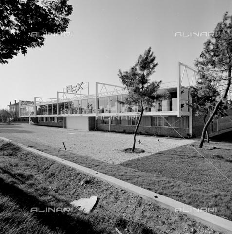 ZIA-S-210300-0006 - Stabilimento per la vendita di elettrodomestici Rex, Udine - Data dello scatto: 10/1962 - Raccolte Museali Fratelli Alinari (RMFA)-archivio Zannier, Firenze