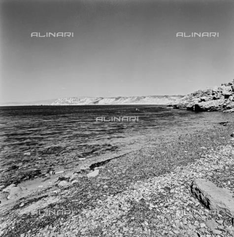ZIA-S-3000II-0003 - Spiaggia e costa nei dintorni di Crotone - Data dello scatto: 1960 ca. - Raccolte Museali Fratelli Alinari (RMFA)-archivio Zannier, Firenze