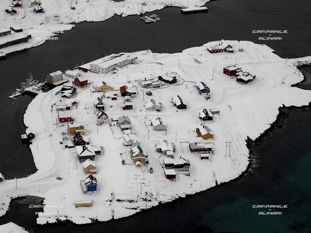 Norvegia inv 0882 Isola Soroya vista abitato Sorvaer